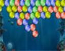 Renkli balonlarla dolu bir okyanusun derinliklerinde topumuzla bu balonları y...