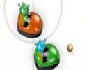 Çarpışan arabalar birbiriyle mücadeleyi etmeyi seviyor ve ortadaki topu rakip...